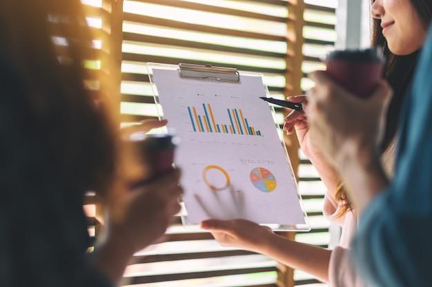 Grupo de empresario trabajando y discutiendo sobre datos comerciales juntos en la oficina