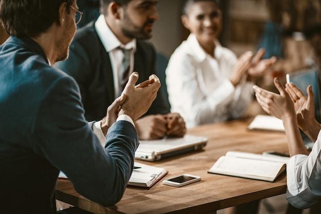 Grupo de empresarios aplaude durante una reunión