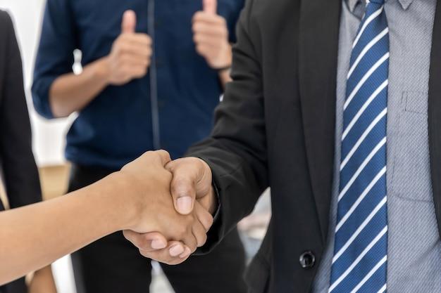 Grupo de empresarios apretón de manos de asociación después de un buen trato en la sala de reuniones en la oficina, felicitaciones por promoción, asociación, socio, trabajo en equipo, comunidad, conexión y concepto de apretón de manos