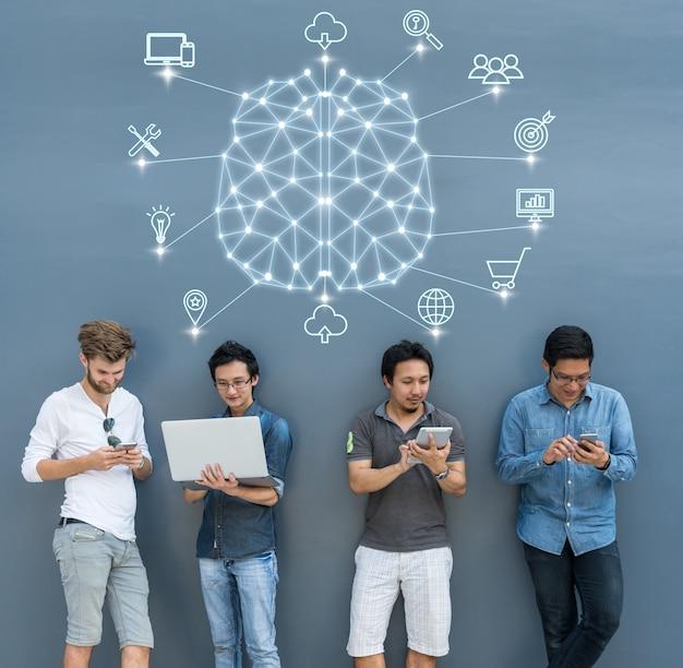 Grupo de empresarios asiáticos y multiétnicos que utilizan cada equipo de tecnología