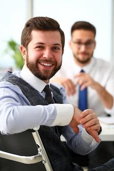 Grupo de empresarios barbudos sonrientes en traje y corbata