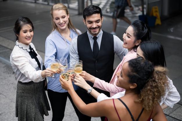 Grupo de empresarios celebran bebiendo vino.
