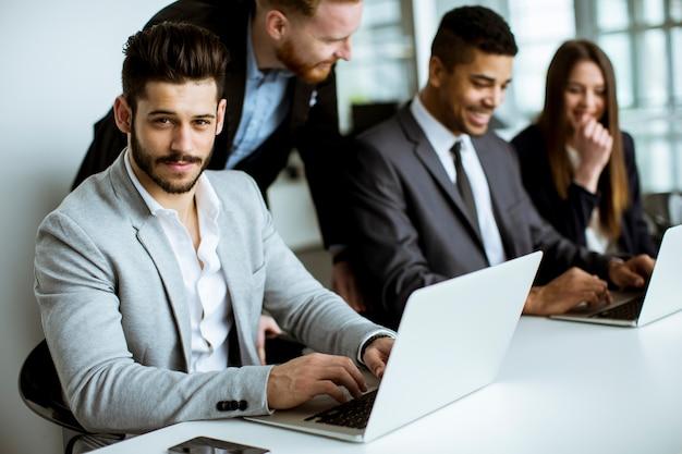 Grupo de empresarios compartiendo sus ideas en la oficina.