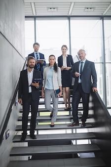 Grupo de empresarios confiados en office