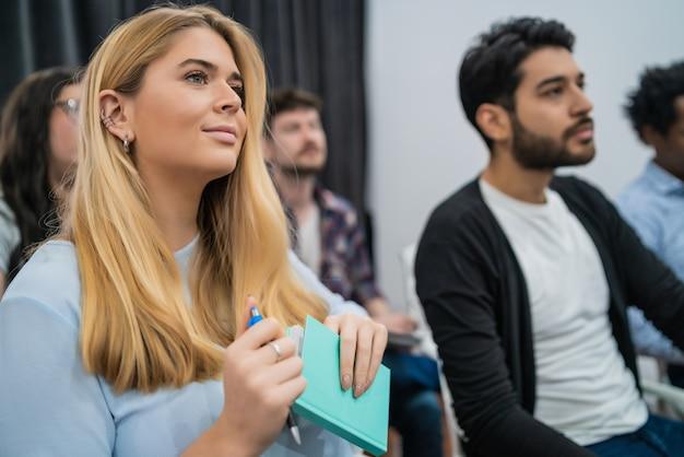 Grupo de empresarios creativos escuchando a un colega que aborda la reunión de la oficina. concepto de negocio y lluvia de ideas.