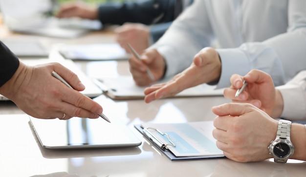 Grupo de empresarios deliberando sobre muy importante