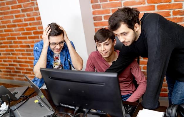 Grupo de empresarios y desarrolladores de software que trabajan en equipo en la oficina.