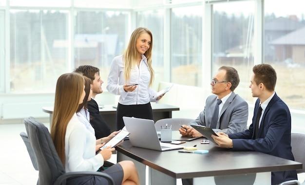 Grupo de empresarios discutiendo la política de la empresa la oficina.