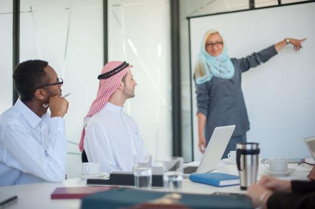 Grupo de empresarios discutiendo en reunión