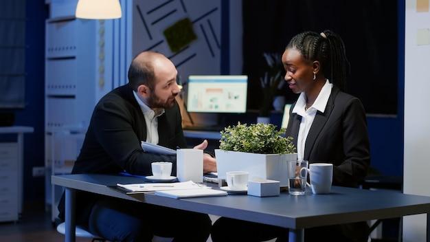Grupo de empresarios diversos gerentes analizando gráficos de la empresa