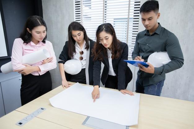 Grupo de empresarios e ingenieros utilizando notebook.