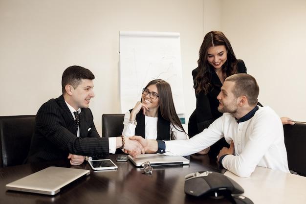 Grupo de empresarios de formación empresarial joven