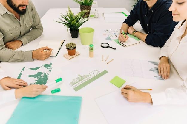 Grupo de empresarios haciendo estrategia sobre el ahorro de energía en la oficina