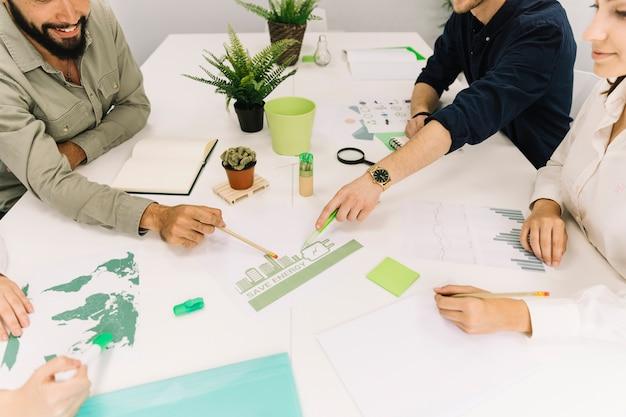 Grupo de empresarios haciendo planes sobre el ahorro de energía en el lugar de trabajo