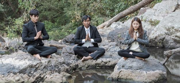 Grupo de empresarios meditación en la libra de agua.