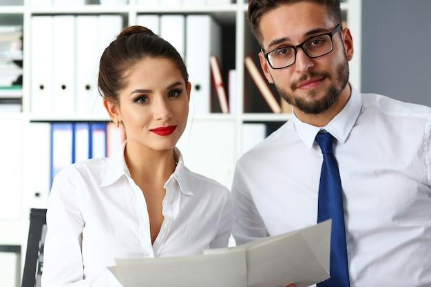 Grupo de empresarios modernos en debate de oficina sobre tema financiero