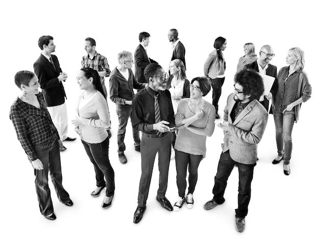 Grupo de empresarios multiétnicos discutiendo