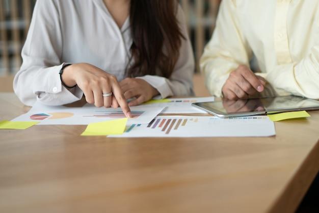 Grupo de empresarios de pie reunión con colegas en la sala de reuniones