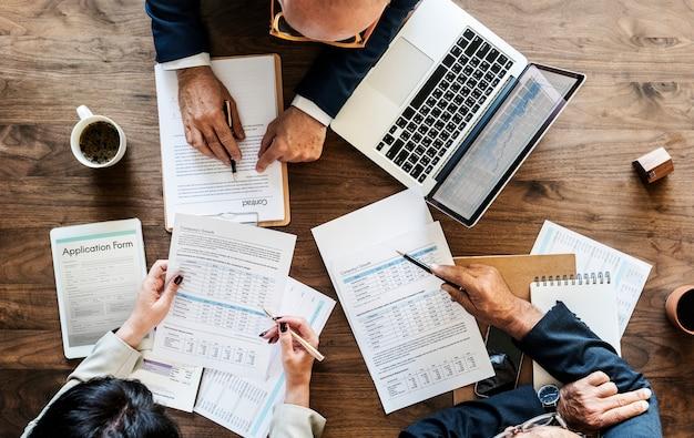Grupo de empresarios que tienen una reunión