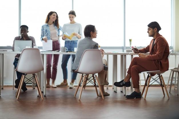 Grupo de empresarios que trabajan en la oficina moderna
