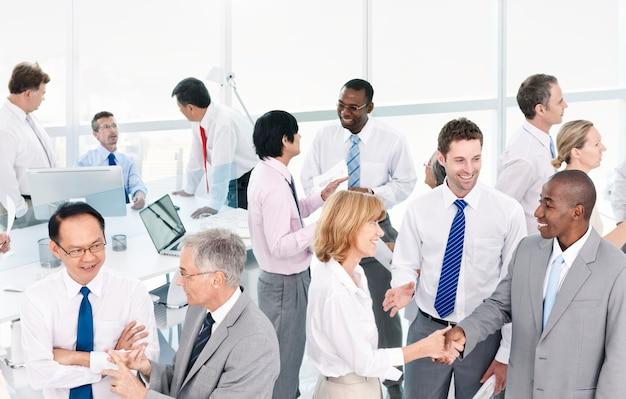 Grupo de empresarios reunidos en la oficina