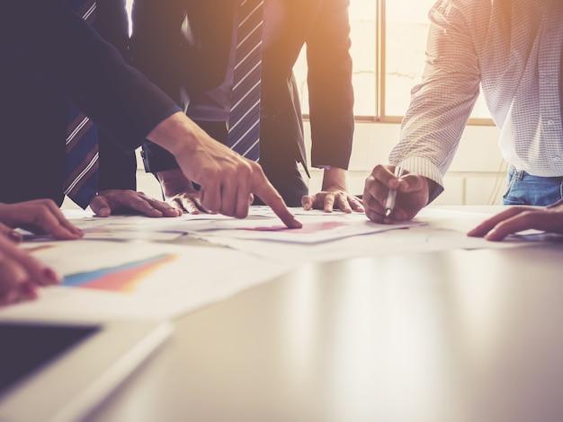 Grupo de empresarios reunidos que diagnostican el rendimiento y crecimiento de la empresa.