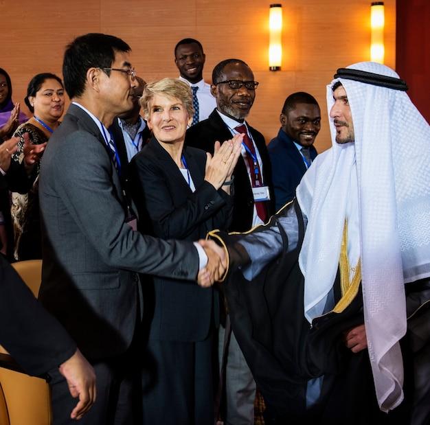 Un grupo de empresarios se saludan unos a otros