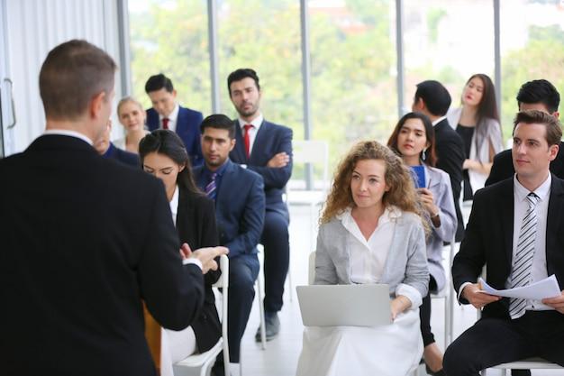 Grupo de empresarios en seminario o reunión