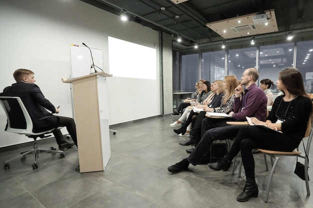 Grupo de empresarios en un seminario en la oficina moderna