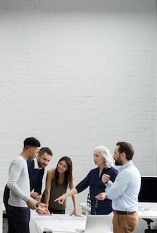 Grupo de empresarios serios que tienen una reunión de lluvia de ideas