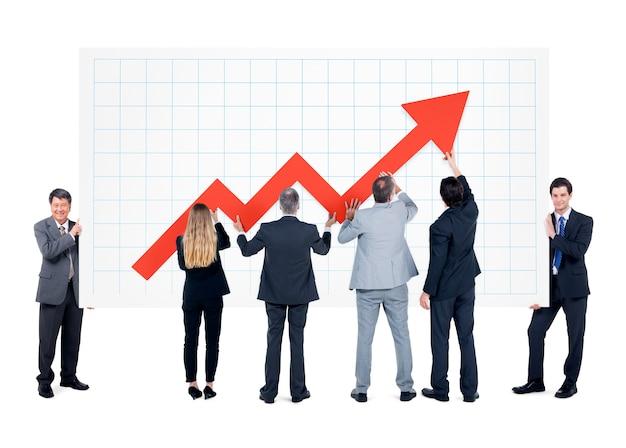 Grupo de empresarios con signo de flecha de aumento.