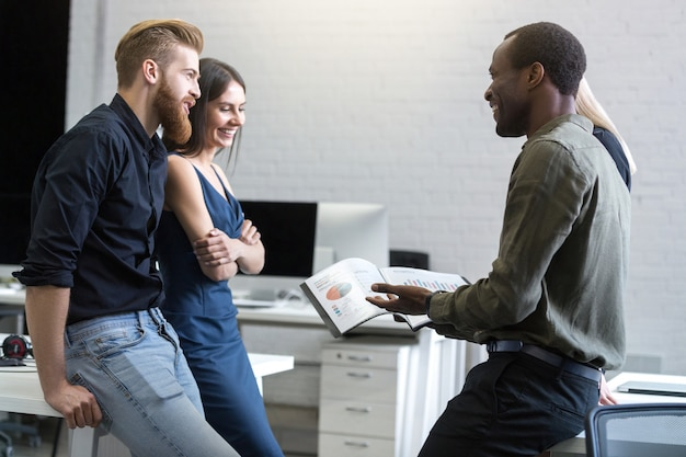 Grupo de empresarios trabajando en equipo para encontrar la solución.