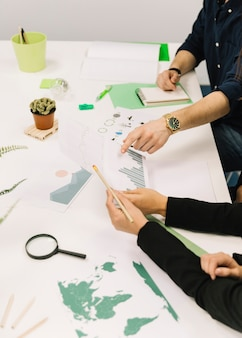 Grupo de empresarios trabajando juntos en gráfico sobre escritorio