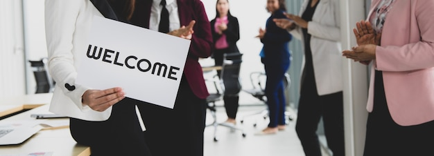 Grupo de empresarios se une a saludar y mantener palabras de bienvenida como señal de felicidad y placer por venir de algo o alguien. buen trabajo en equipo en concepto de oficina.