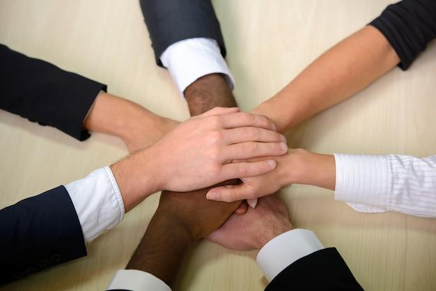 Grupo de empresarios unir manos.
