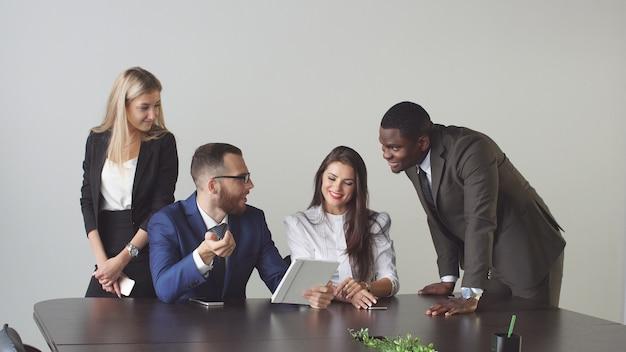 Grupo de empresarios utilizando tablet pc durante una reunión.