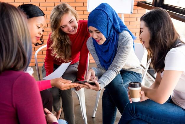 Grupo de encuentro casual de mujeres multiétnicas para proyecto social.