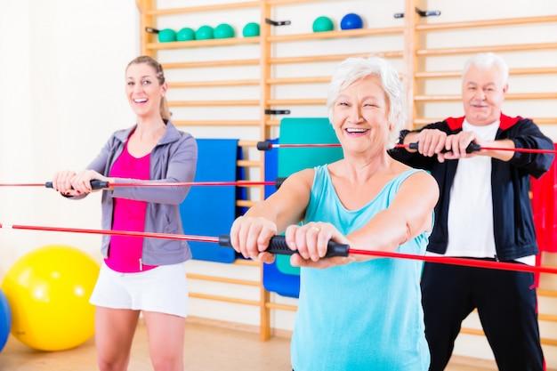 Grupo de entrenamiento físico con barra de gimnasia.