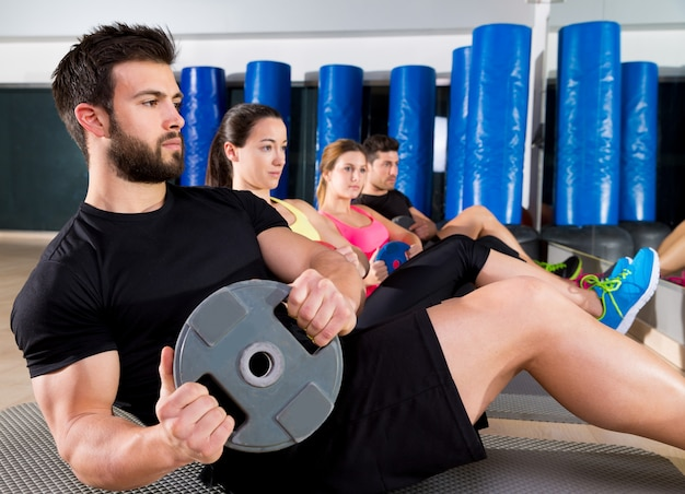 Grupo de entrenamiento de placa abdominal en el gimnasio