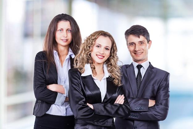 Un grupo de equipo empresarial atractivo y exitoso, listo para un trabajo serio. Foto Premium