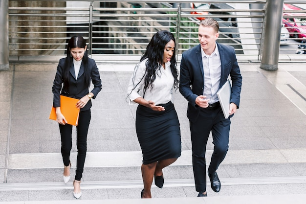 Grupo de equipo de negocios caminando en la calle