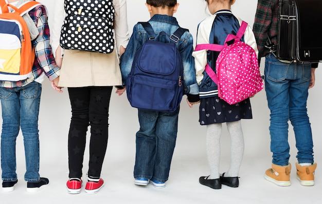 Un grupo de escolares de primaria cogidos de la mano.