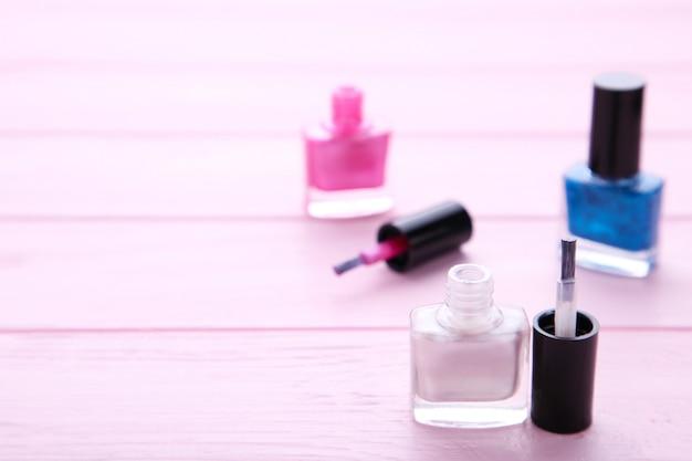 Grupo de esmaltes de uñas brillantes en rosa