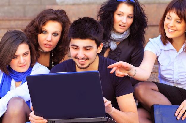 Grupo de estudiantes alegres