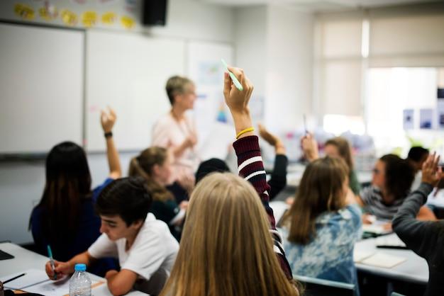 Grupo de estudiantes aprendiendo el estilo de vida escolar.