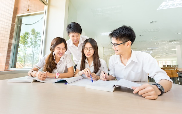 Grupo de estudiantes asiáticos felices en estudio en aula