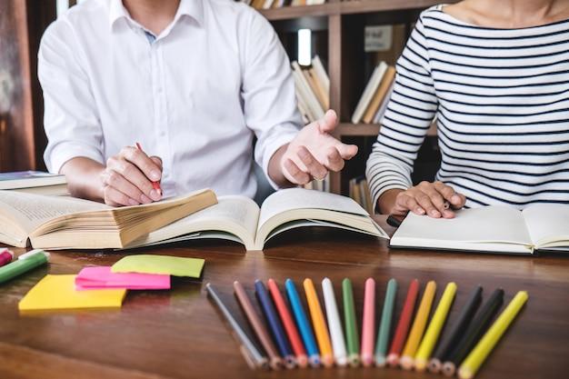 Grupo de estudiantes en la biblioteca estudiando y leyendo, haciendo la tarea y práctica de la lección preparando el examen