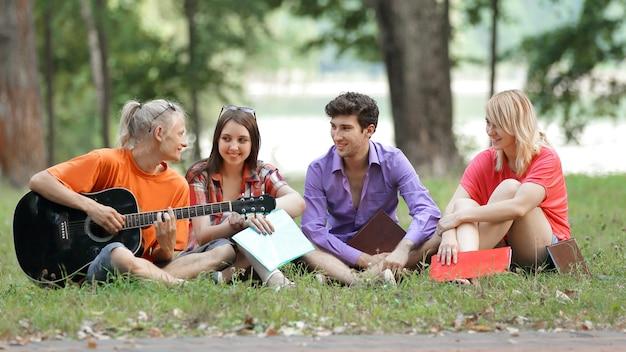 Grupo de estudiantes descansando en el parque de la ciudad.