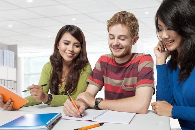 Grupo de estudiantes de diversidad estudiando