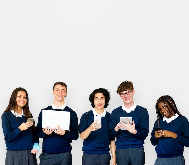 Grupo de estudiantes diversos que utilizan dispositivos digitales retrato de estudio